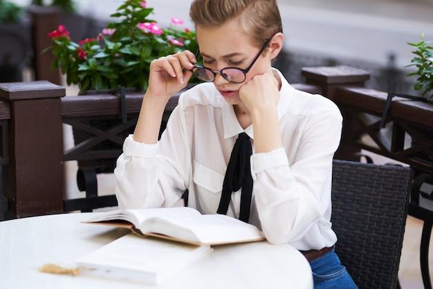 야외에서 독서 교육을 손에 들고 있는 학생