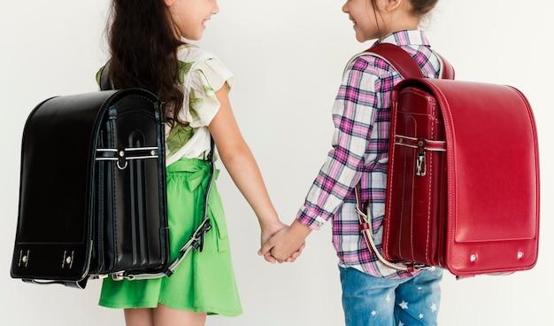 教育のためのバックパックを持つ学生。