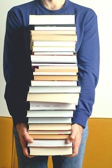 Студент с книгами в школе