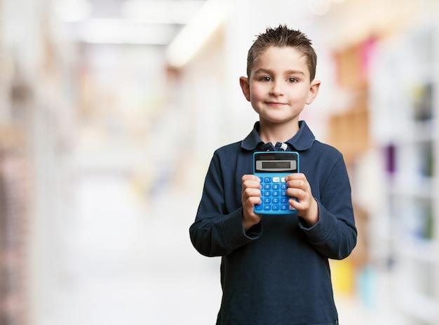 Student con il calcolatore e sfondo sfocato