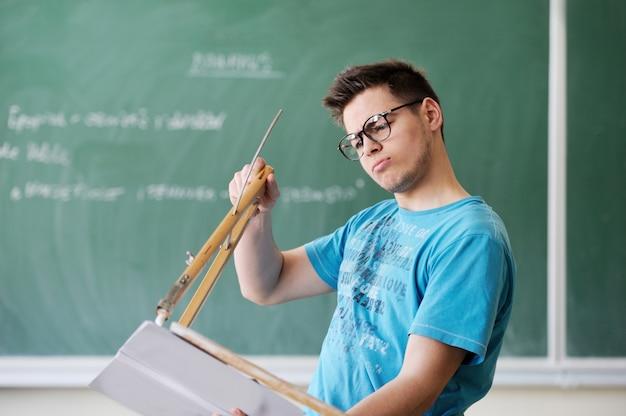 Студент с компасом