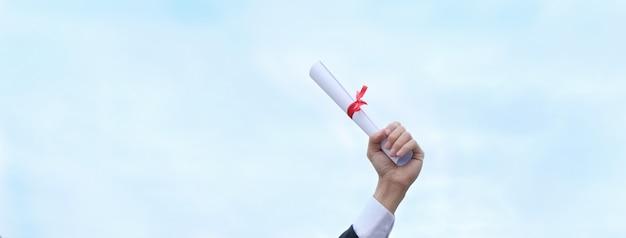 おめでとうございます、大学の卒業式のガウンを着た卒業生。