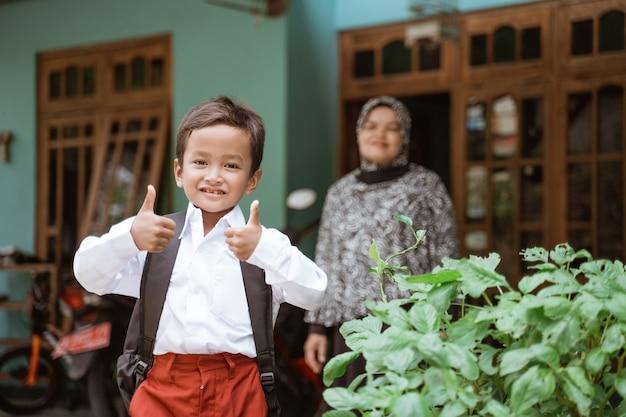 朝の学校の準備をしているインドネシアの制服を着た学生