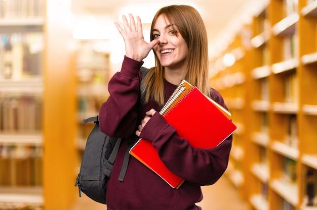 산만 된 배경에 농담을하는 학생 여자. 학교로 돌아가다