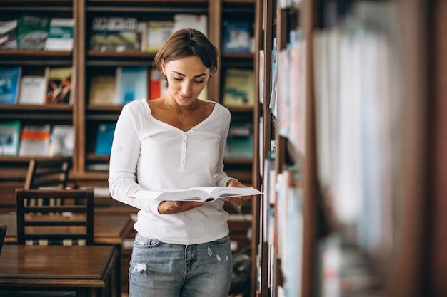 Студентка учится в библиотеке