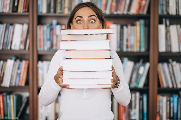 도서관에서 공부하는 학생 여자