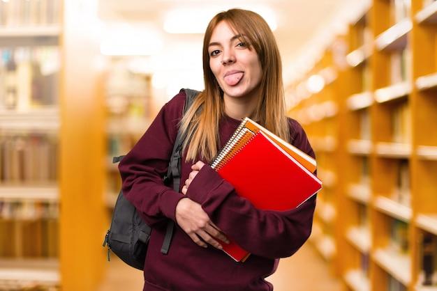 학생 여자 산만 배경에 그녀의 혀를 밖으로 데리고. 학교로 돌아가다