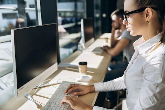 生徒は図書館のパソコンで作業する