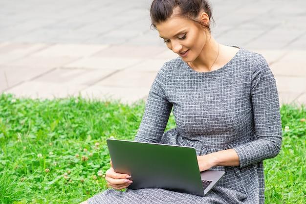 Студент молодая женщина использует ноутбук