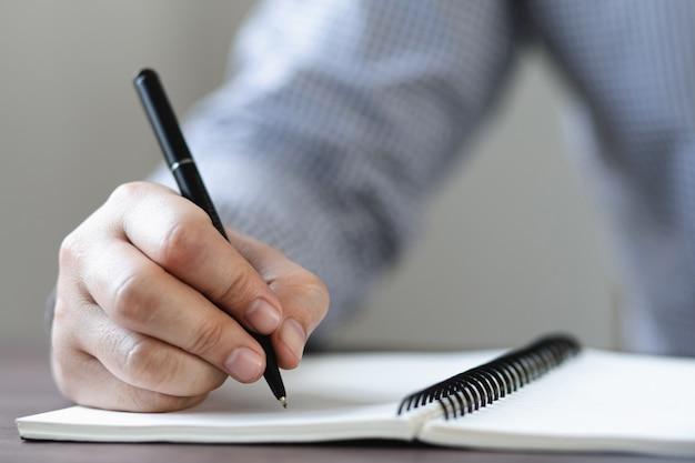 Студенты пишут с тетрадями