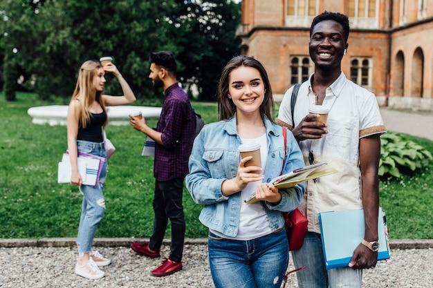 Gli studenti come colleghi del team di start-up bevono caffè insieme e festeggiano.