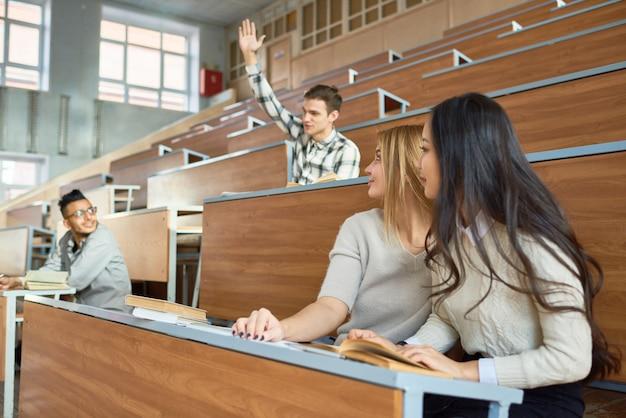 Студенты в колледже лекция