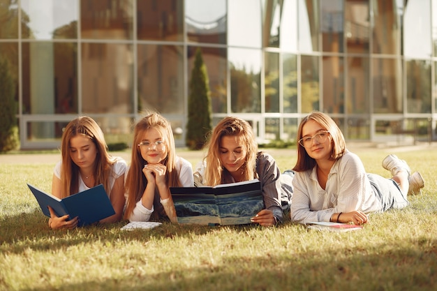 本を持ったキャンパスの学生