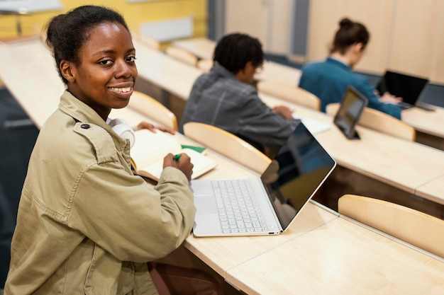 大学の授業に通う学生