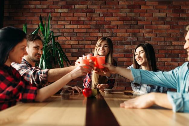 Студенты отмечают мероприятие, университетскую вечеринку
