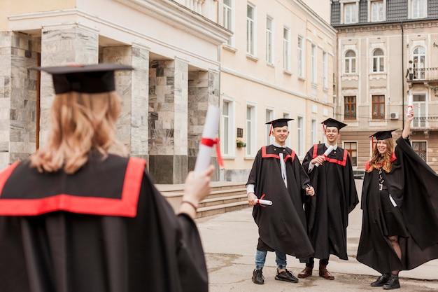 Студенты празднуют выпускной