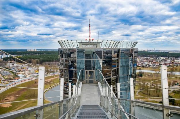 学生はベラルーシ国立図書館の頂上に登りました。