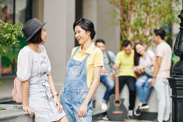 뉴스와 수군에 대해 토론하는 학생들