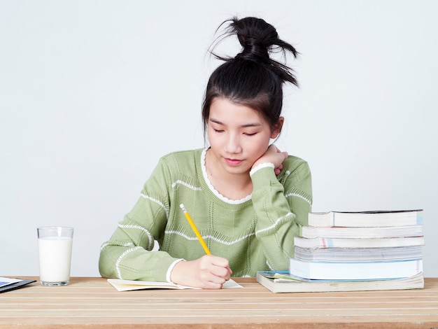 学生はテーブルで宿題をします。