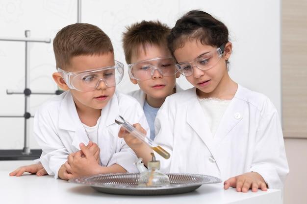 학교에서 화학 실험을하는 학생들
