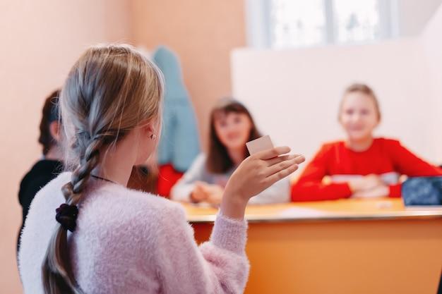 영어와 숫자로 된 그림이있는 학생들의 교육 놀이 카드