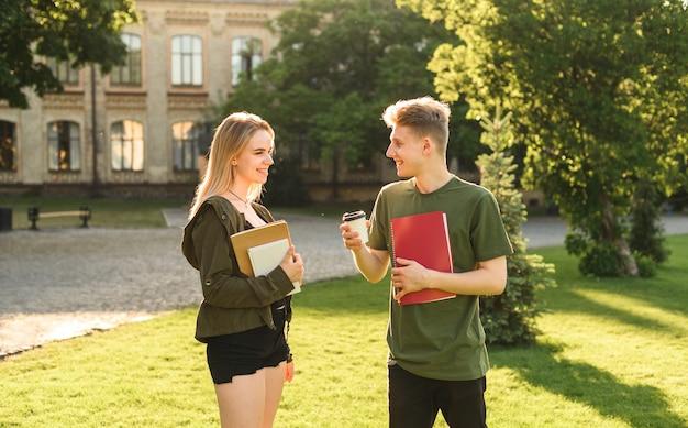 公園で会話をしている学生