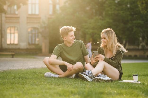 공원에서 대화를 나누는 학생들