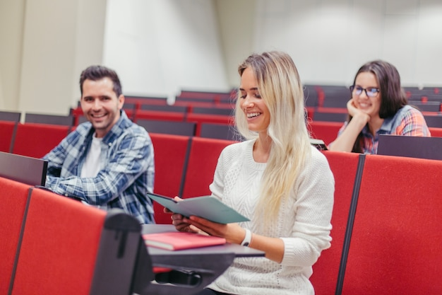 Студенты весело проводят время в лекционном зале