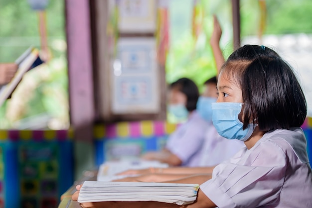 Ученики сельской тайской деревенской школы учатся