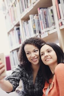Студенты в библиотеке