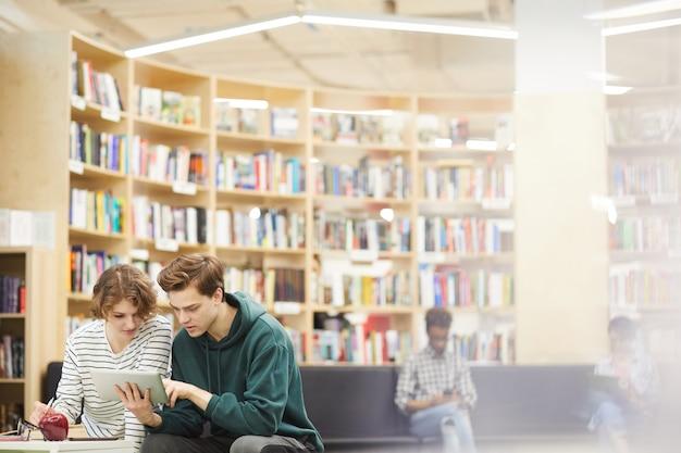 近代的な図書館エリアの学生