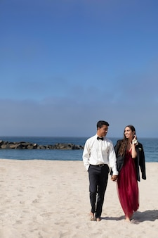 해변에서 무도회 복장을 한 학생들