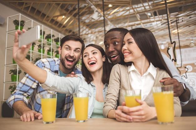 カフェの学生が一緒に教育コンセプトを学ぶ