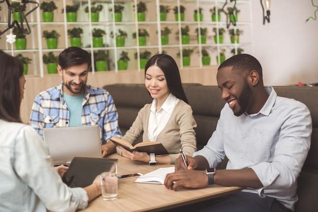 Студенты в кафе вместе изучают концепцию образования