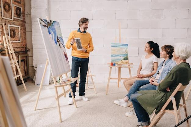 Студенты слушают лекцию по искусству