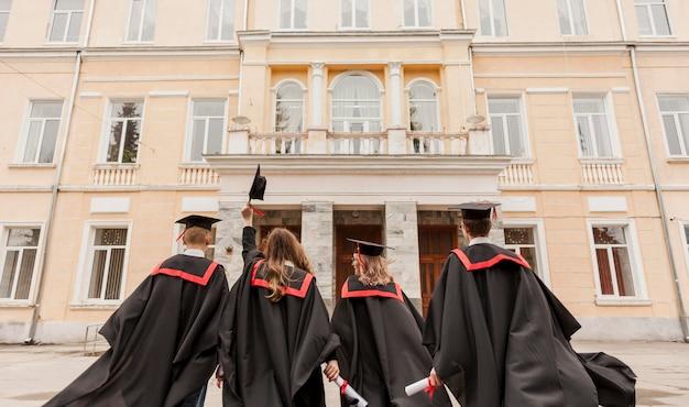 大学の建物を見ている学生