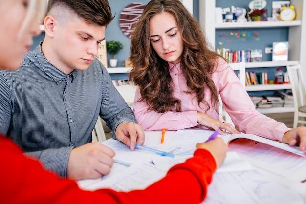 Студенты, выполняющие задания вместе в библиотеке