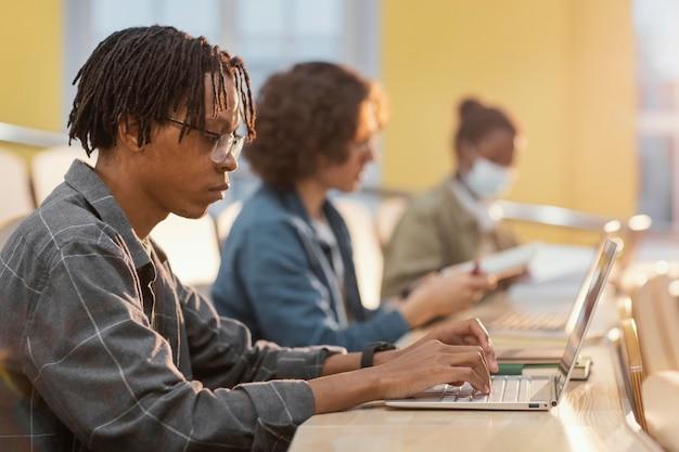 クラスで注意を払っている学生
