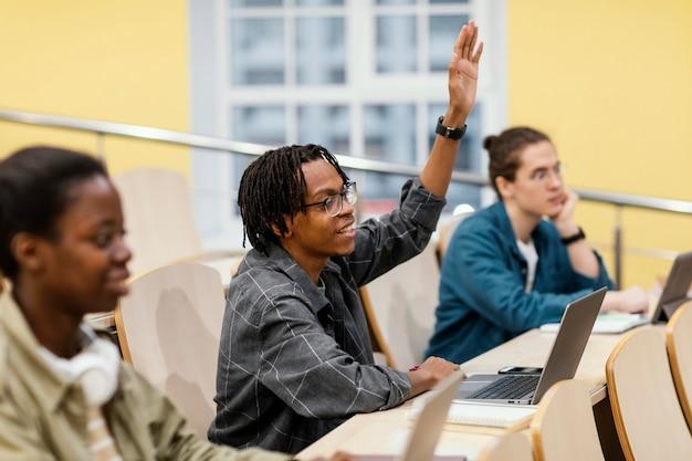 Студенты обращают внимание на классе