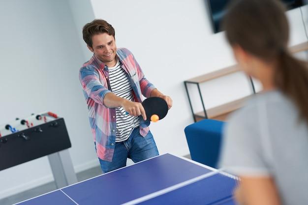 Студенты играют в настольный теннис в кампусе