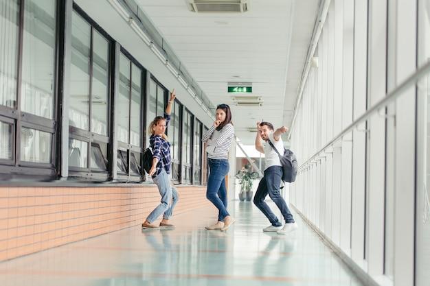 Studenti che presentano in sala