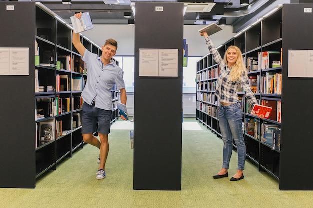 図書館でポーズを取る学生