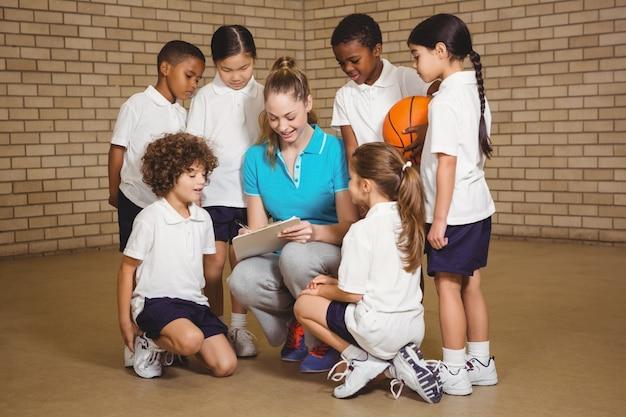 バスケットボールをする準備をしている学生