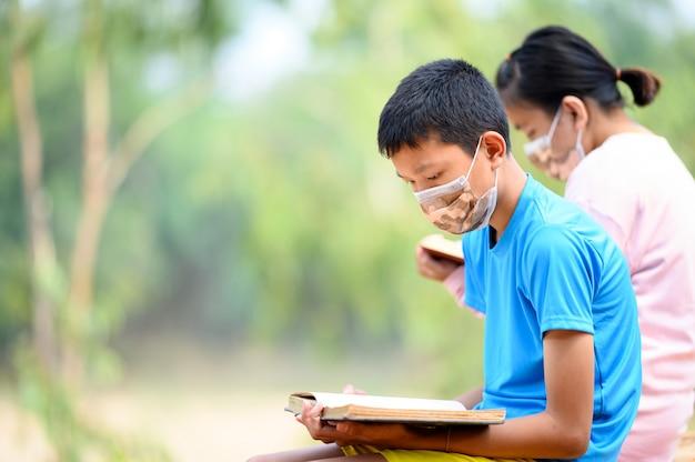 学生はウイルスの流行時に家で本を読みます。