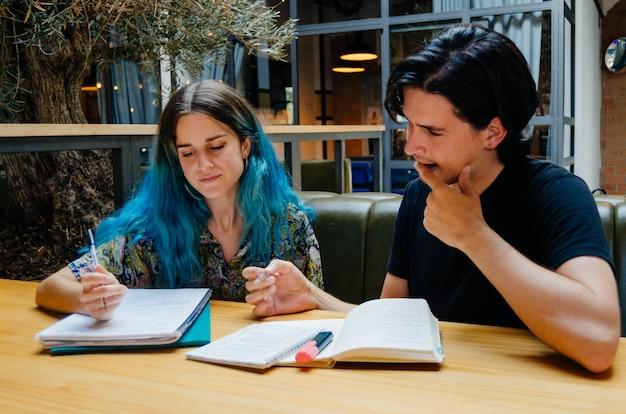 コーヒーショップで読書する学生