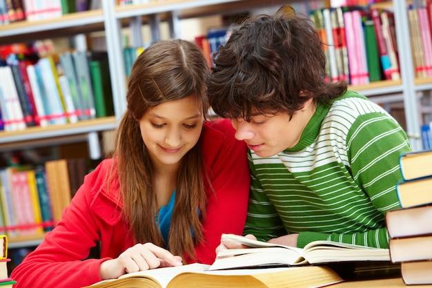 Студенты читают ту же страницу