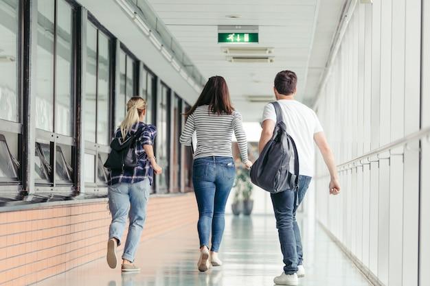Studenti che corrono in sala