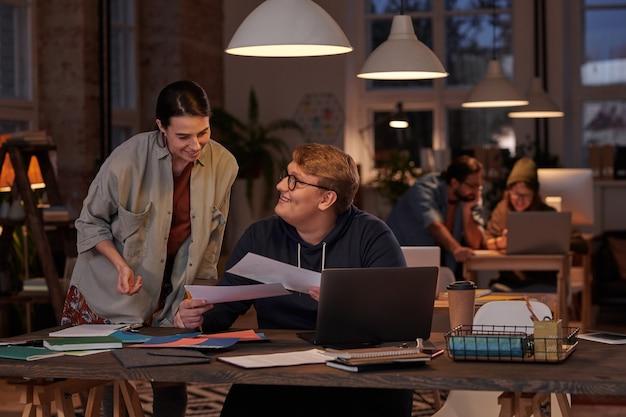 교과서와 함께 테이블에 앉아 함께 공부하는 학생들