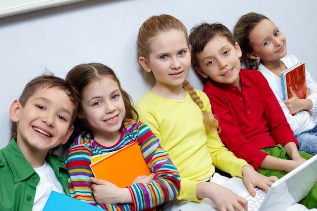 Gli studenti seduti in fila e ridendo