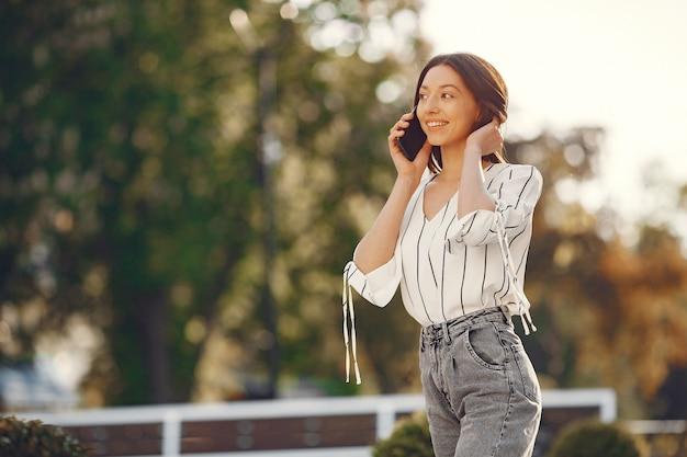 Studenti in piedi in una città con un telefono cellulare